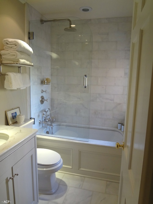 Panelled tub with simple glass enclosure